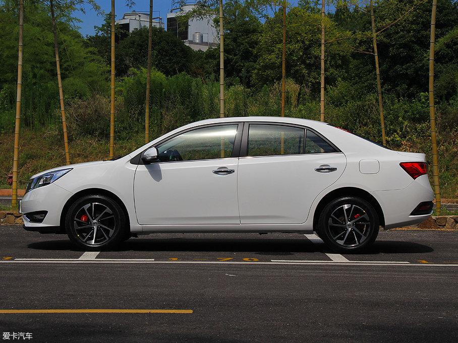 众泰Z360的长/宽/高分别为4615/1766/1486mm,轴距达到了2700mm,在同级别车型中拥有不错的竞争力。