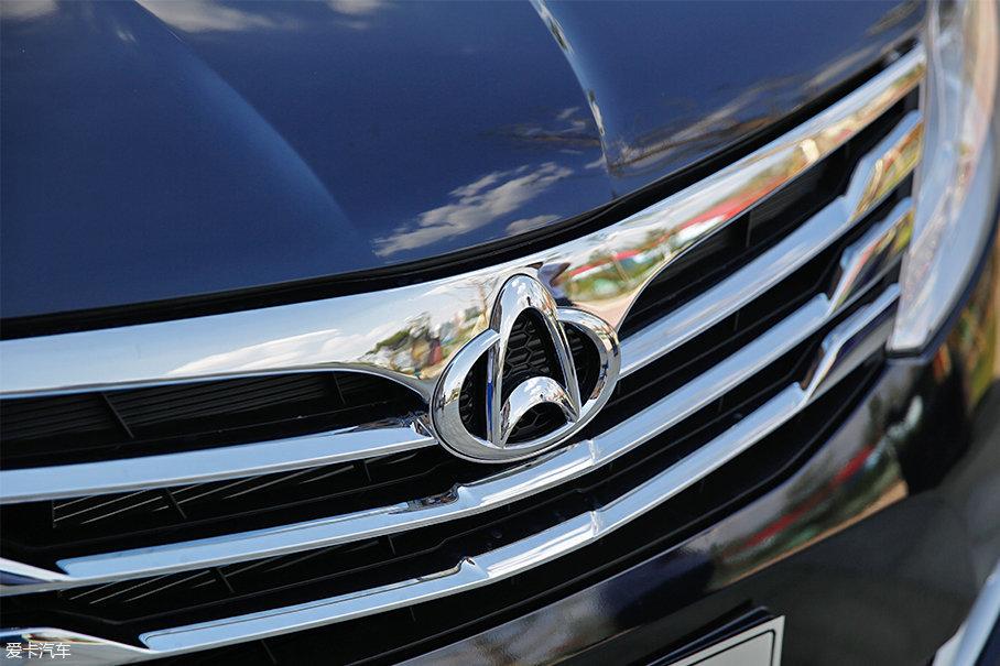 镀铬装饰点缀的三横幅式中央进气格栅,使沉稳的前脸造型增加了几分精致感。
