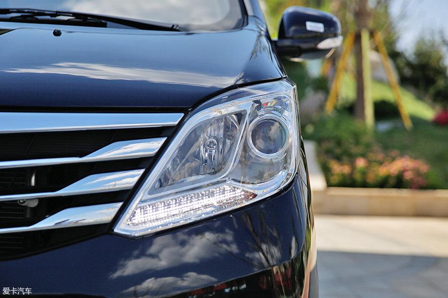 大灯的造型设计方面,自然无需多言,内部远/近光灯均采用传统卤素光源,其中近光灯配有大灯透镜,底部日间行车灯由10颗LED发光单元组成。
