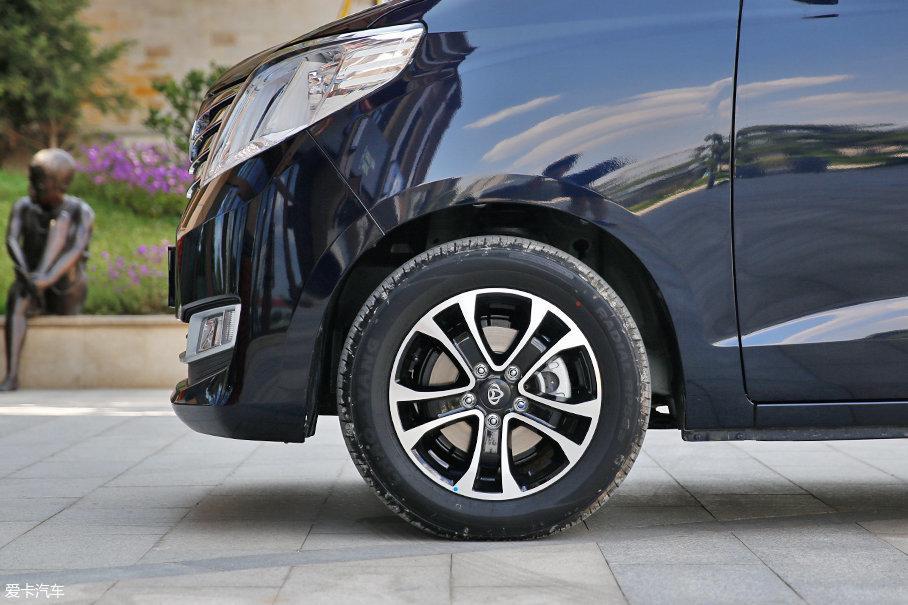 16英寸双五辐铝合金轮圈采用双色运动造型设计,并选用朝阳品牌轮胎,轮胎规格为:205/60 R16。