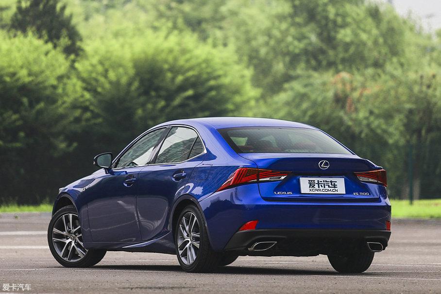 车侧和车尾的变化相比车头就更小了。车尾的变化仅来自于尾灯灯组内部以及排气管装饰罩造型。