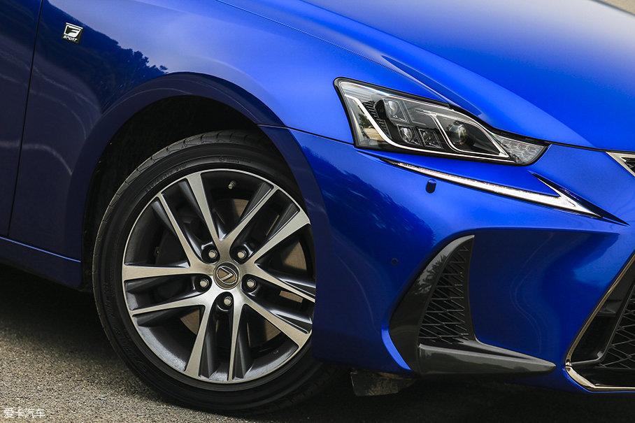 采用全新造型的17英寸双五辐轮圈很漂亮,要是尺寸能再大一点视觉效果会更棒。轮胎选用的是来自优科豪马的BluEarth E51系列,尺寸为225/45 R17。