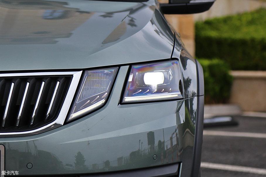 相较现款车型变化最大的就是前脸的大灯组造型,改为分体设计后,明锐的前脸愈发年轻,不再像从前那般老气横秋。大灯内部采用全LED光源,提升了科技感的同时,也增强了夜间照明能力。