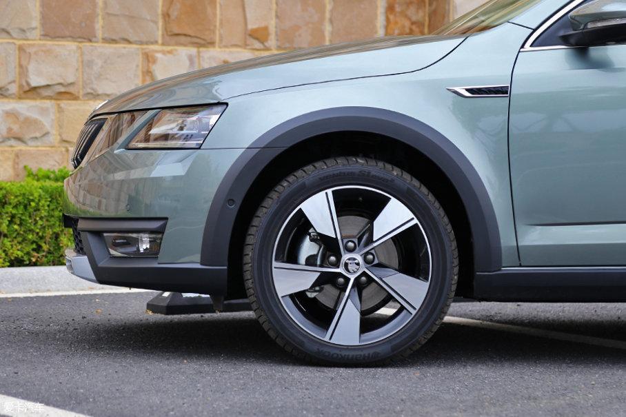 17英寸双色五辐刀锋造型的铝合金轮圈时尚动感,原厂配备了韩泰Ventus S1 evo轮胎,轮胎规格为:225/45 R17。