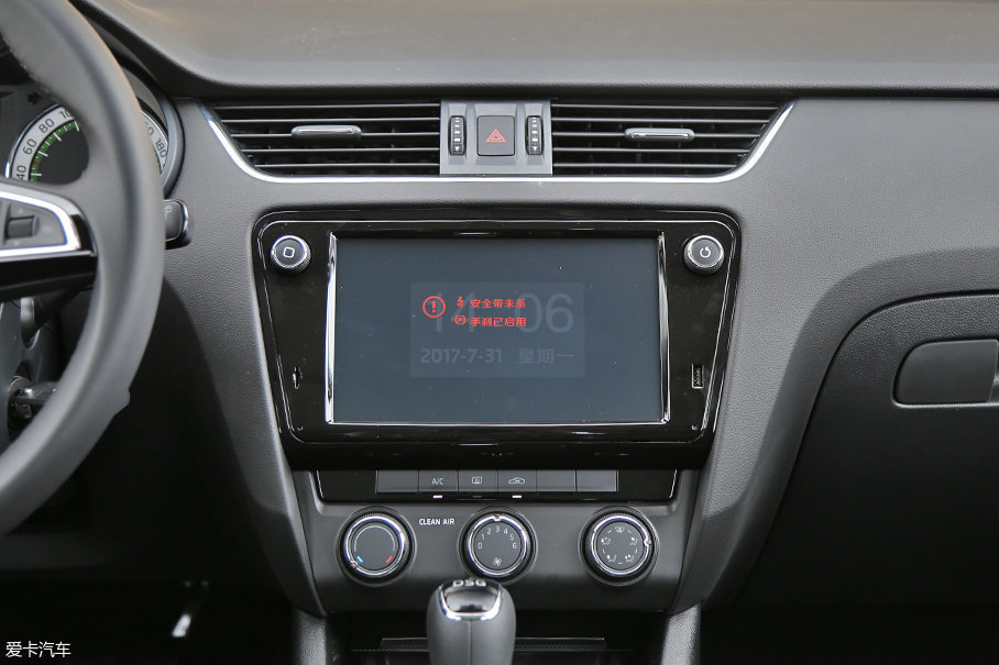 9.2英寸的中央显示屏,搭载斯柯达全新互联系统,这套系统支持苹果CarPlay、Android Auto、MirrorLink等多种互联功能。