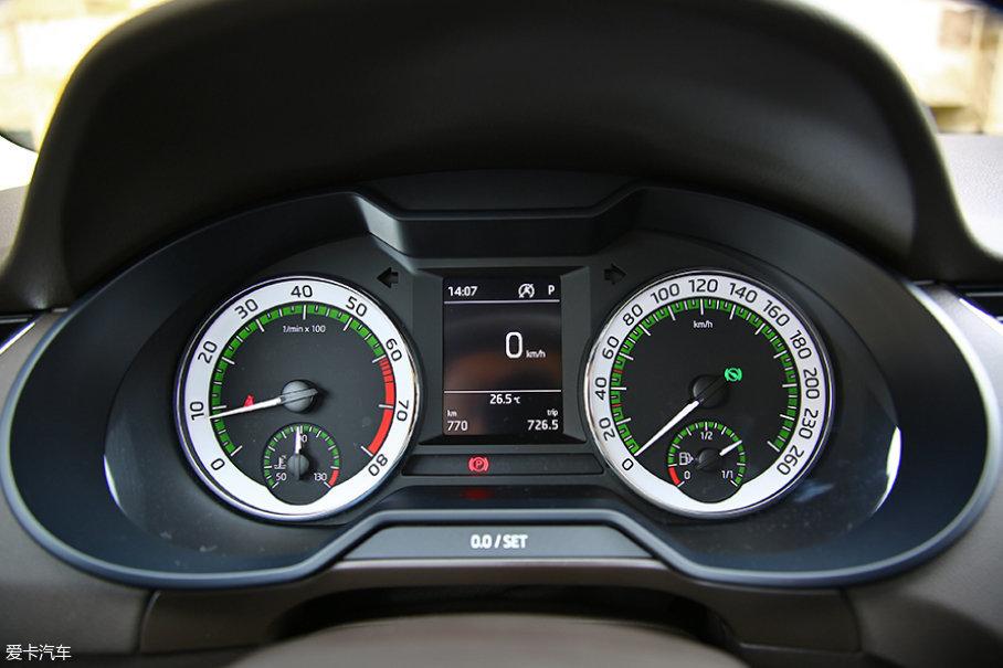 仪表盘造型相比老款变化不大,仅将转速及时速表的外圈改为银白色。经典的绿色背光设计得以保留,这也是斯柯达对于自身经典的传承。
