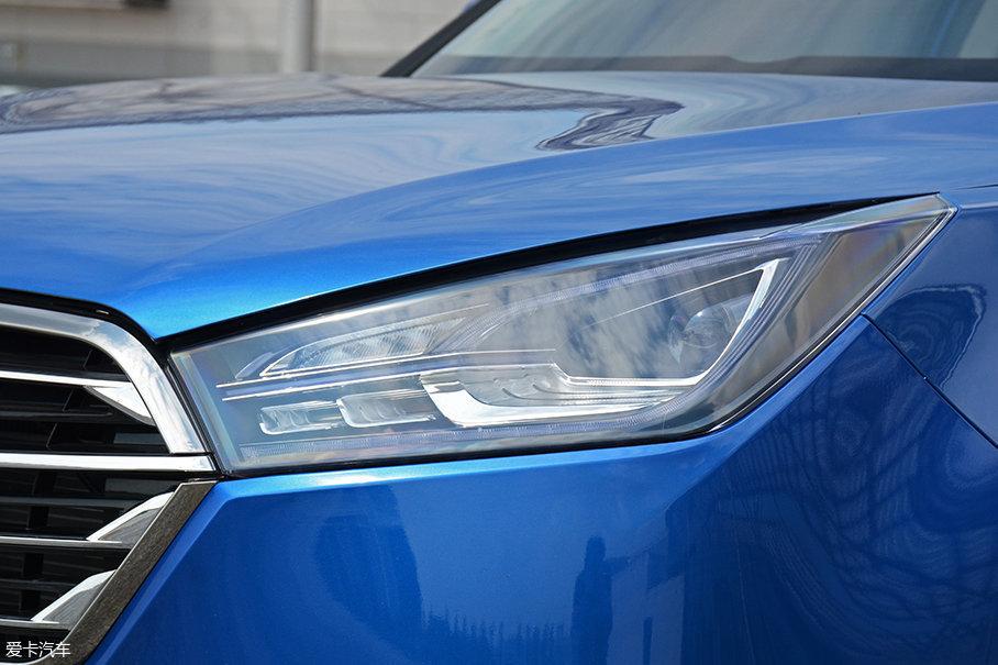大尺寸头灯为远近光一体式设计,采用全LED光源,钩子形状的LED日间行车灯造型新颖特别。
