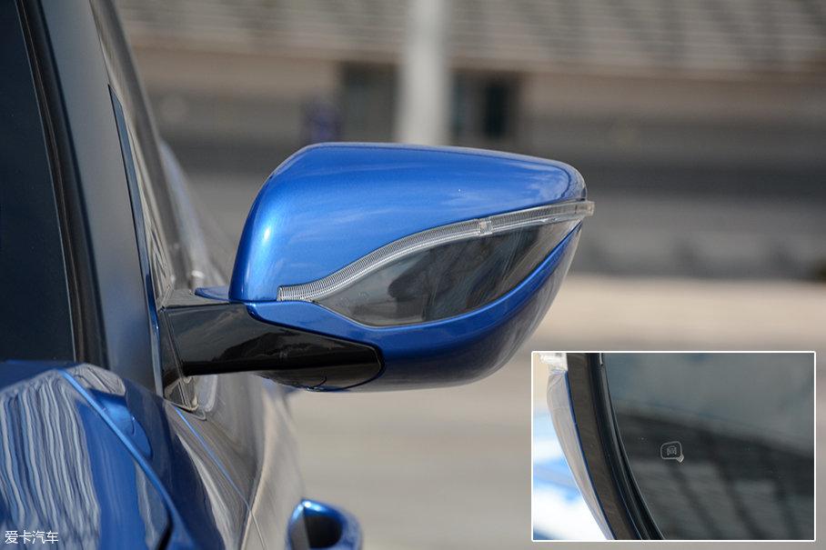 与车身同色的外后视镜,中间的树叶状黑色饰板搭配弯曲的LED转向灯,让后视镜看起来也能不那么单调,试驾车型还配备了并线辅助。