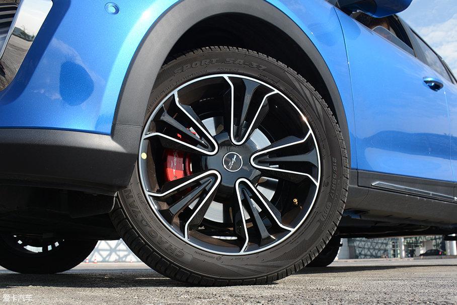 试驾车型采用的是朝阳SPORT SA-37系列轮胎,其规格为215/55 R17,搭配17英寸轮圈,经过涂黑处理的五辐式造型相当前卫。