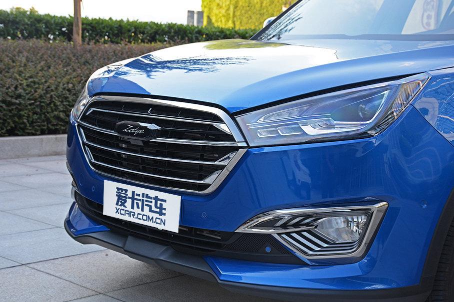 新车前脸采用了六边形格栅设计,内部为四道镀铬横幅,配合造型犀利的前大灯组,让前脸造型更加动感。