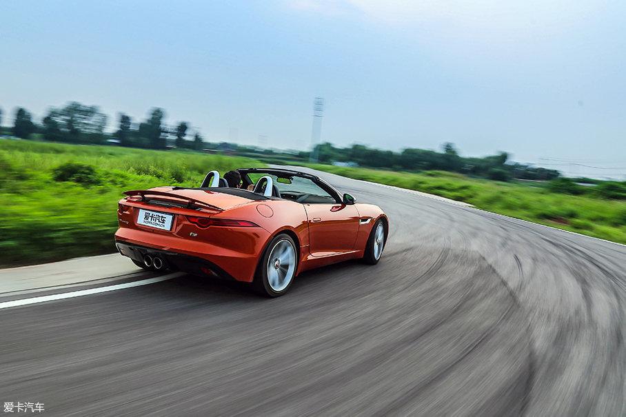 虽然车身在极限时比SVR更敏捷、容易控制,但过于活跃的车尾让敞篷版在低速弯较多的赛道上损失了不少出弯时间,如果换装更宽的后轮让动力作用效率更高的话,圈速进入一分肯定不是问题。