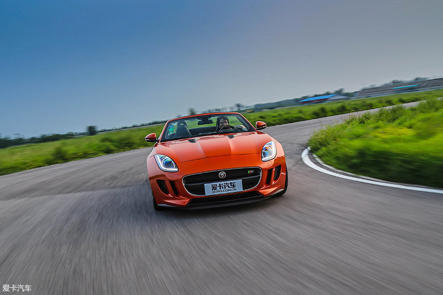 较短的轴距加上大马力后驱车的特性,开着它在赛道中,你需要小心翼翼地踩着油门,要不然就只能到旁边吃草。