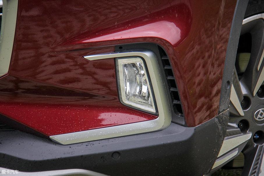 雾灯外侧的导风槽可以梳理前轮拱内的气流,从而降低高速行驶时的前轮胎噪。另外,遍布车身四周的12枚雷达探头和4枚全景影像摄像头可以让驾驶员在狭窄地带驾驶时更加从容。