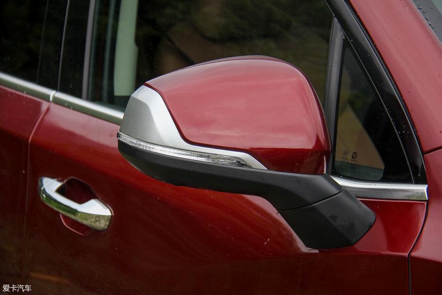 双色后视镜集成了全景影像摄像头以及LED转向灯,另外,视野也非常宽阔,符合驾驶大通D90时的那份视野开阔的安全感与从容。