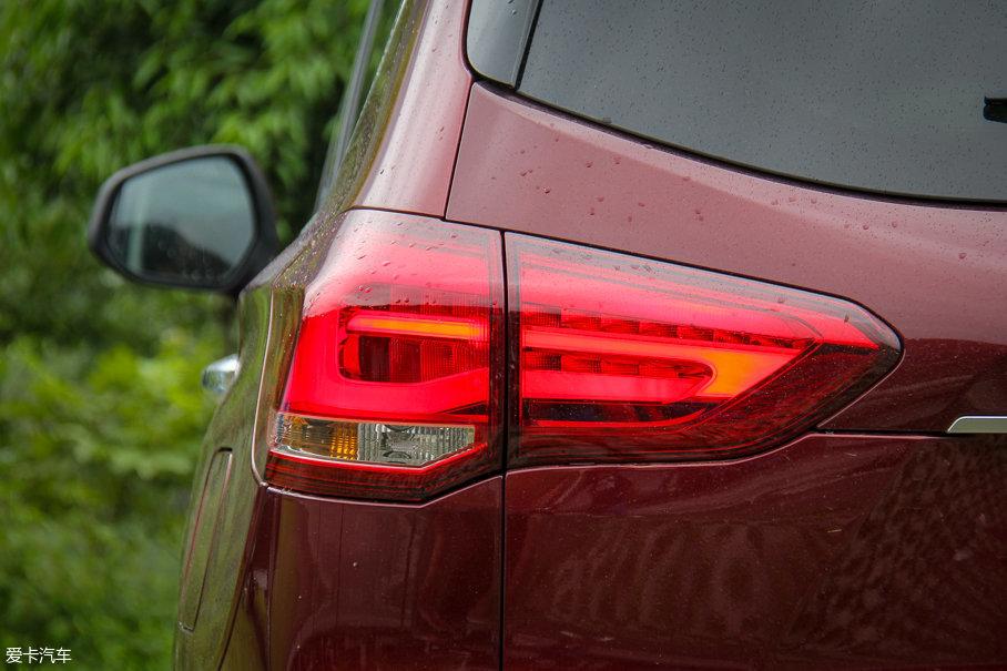 如果前车灯配备或选装了LED光源,那么车尾示宽灯同样会采用LED光源,而转向灯与倒车灯则为卤素光源。