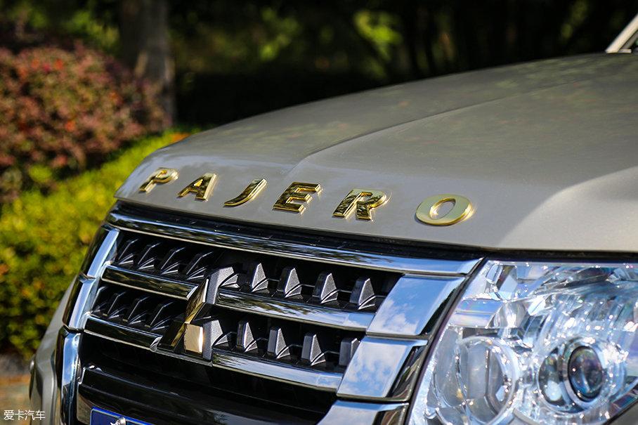"""PAJERO""金字发动机舱盖LOGO为2018款车型的专属配备。"