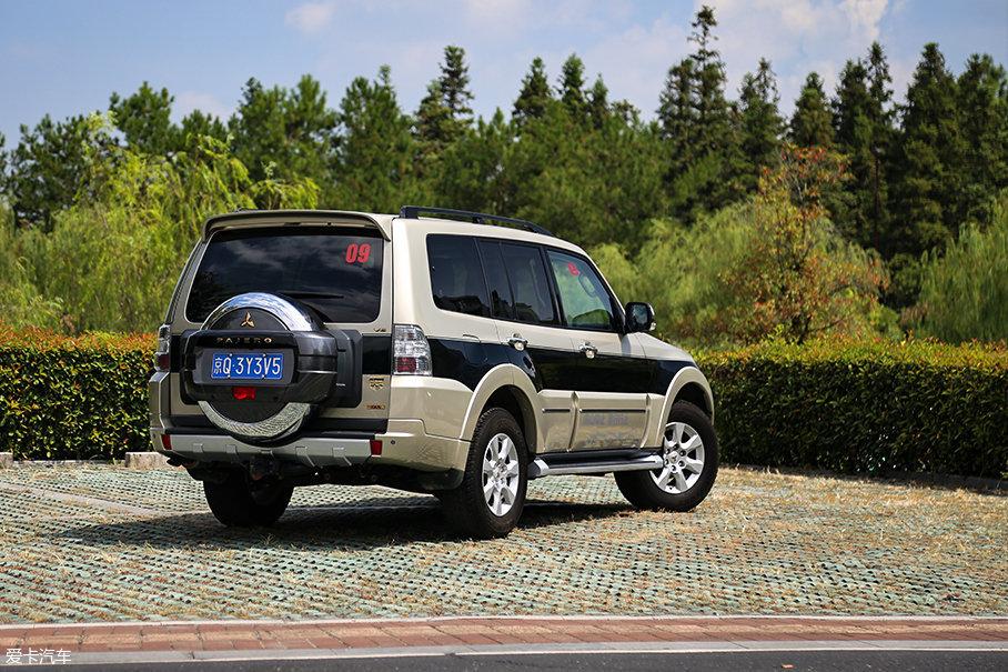 尾部依旧保持了外挂式备胎的设计,这一点对于车内储物空间的有效布局起到了很大帮助。