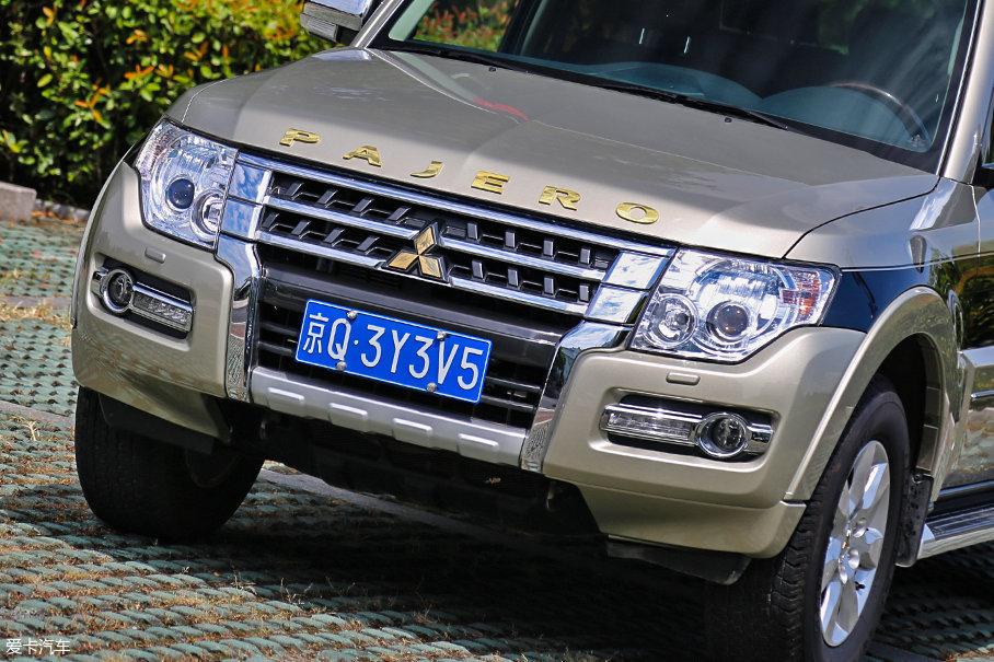 """全新加入的发动机舱盖""""PAJERO""""金字LOGO使整个车头更加亮眼,据厂商称,前中网格栅的两侧竖条状镀铬装饰经过了小幅改动,使车头线条显得更加自然协调。"""