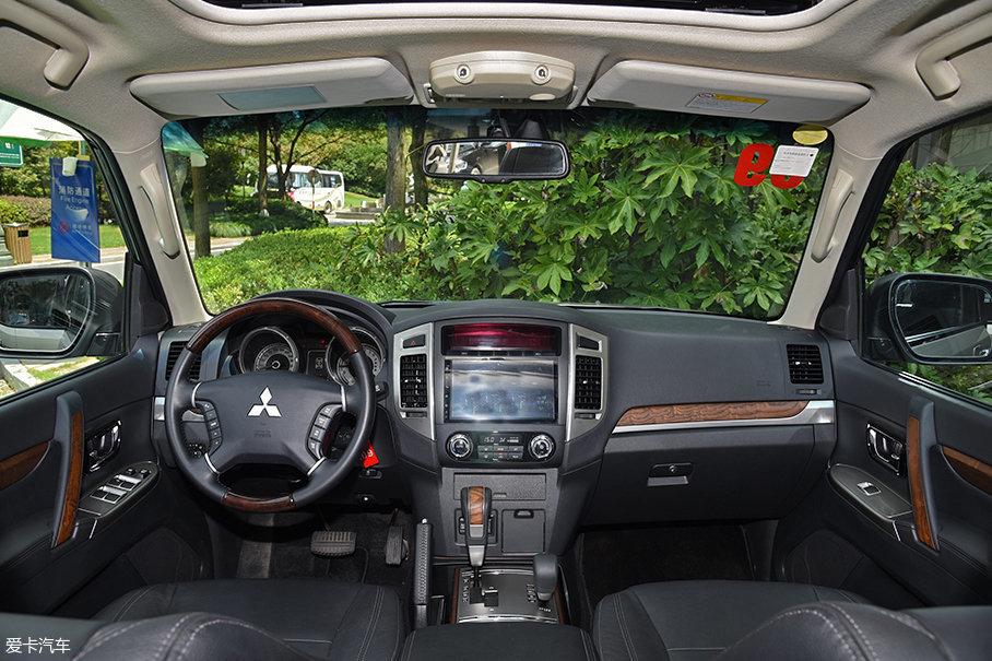 全新加入的9英寸中央液晶屏和新配色木纹饰板是2018款车型在内饰上较为明显的改动。