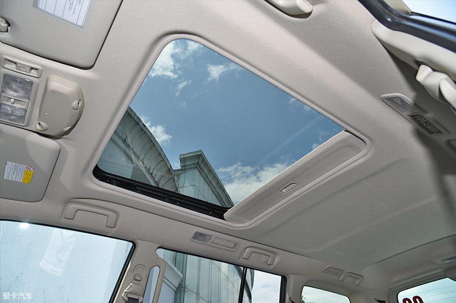 正方形设计的天窗明显比普通标准尺寸天窗要大上不少。