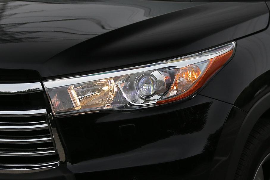 相比之下,采用全卤素光源的头灯系统则让汉兰达看上去欠缺了些许时尚感。而近光LED光源和自动大灯功能则仅在2.0T与3.5L的顶配车型出现。