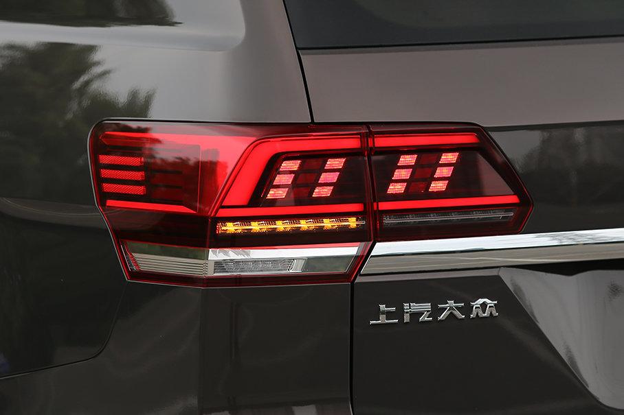 途昂的尾灯采用LED光源,且内部的结构设计很有新意,夜间亮起时辨识度很高。