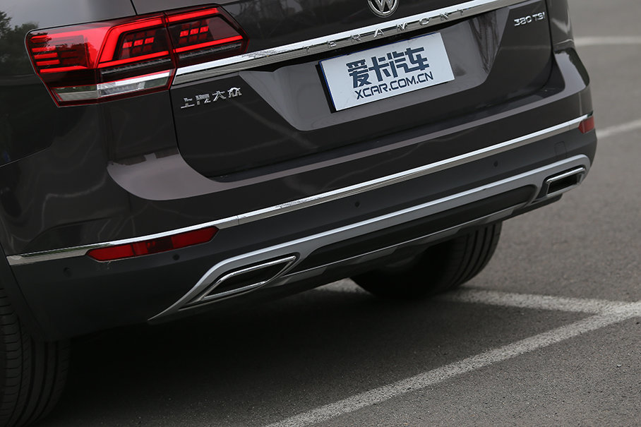 途昂的菱形排气口只是装饰,真的排气口其实隐藏在车尾下方。