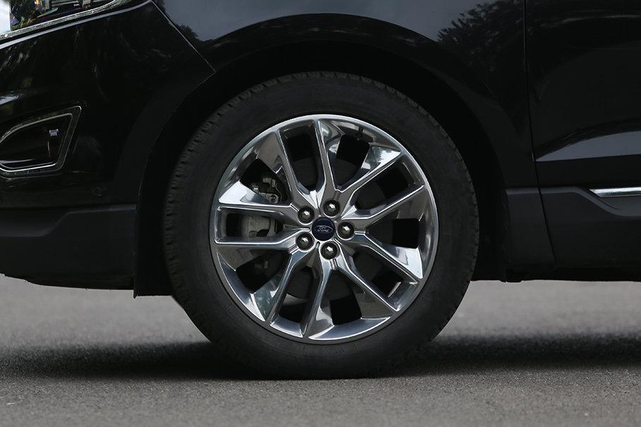 锐界的双五辐式轮圈造型动感,且配有电镀装饰处理。轮胎采用固特异御乘系列,尺寸为245/50 R20。