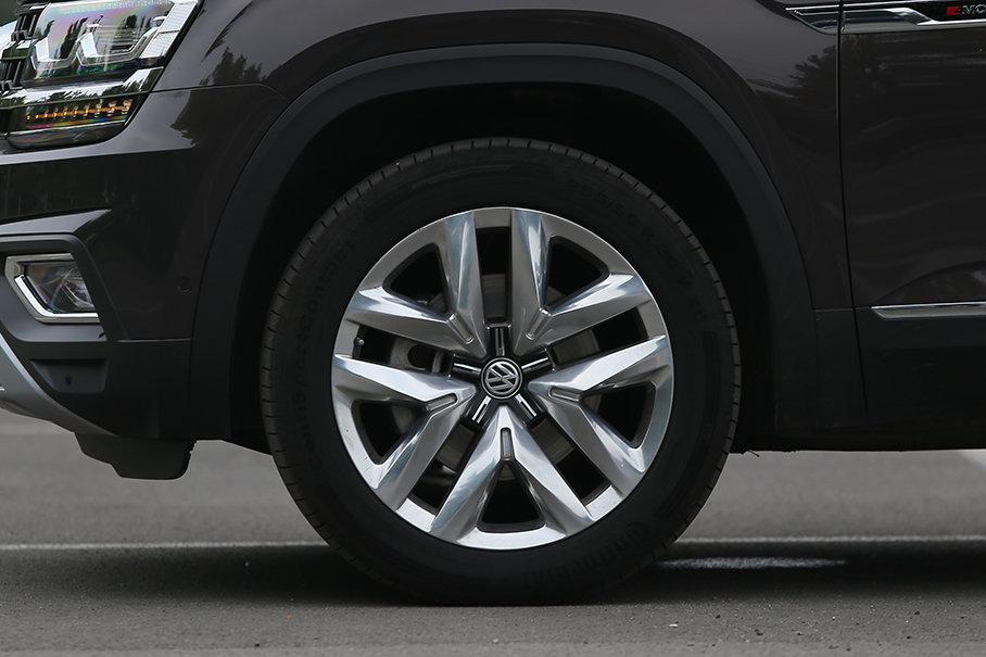 途昂的轮圈造型与锐界有异曲同工之处。轮胎采用马牌CSC5系列,尺寸为255/50 R20。