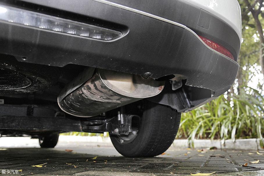 单边单出的排气管采用了隐藏式的设计,这很符合这台车的定位。