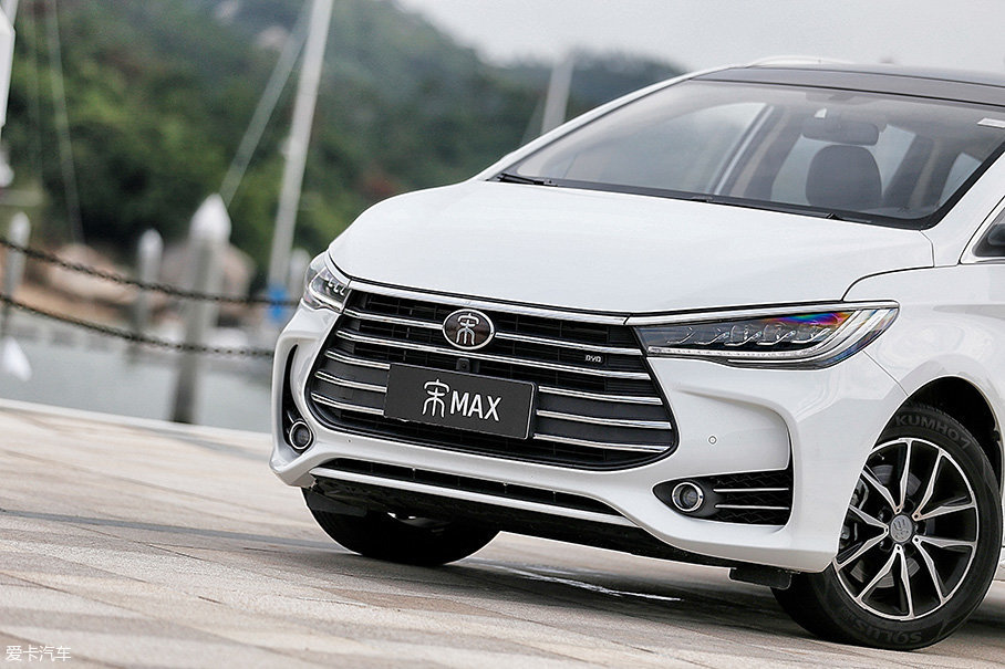"""宋MAX也是首辆采用 """"Dragon Face""""前脸造型的车型,凶悍犀利而又不乏精致的前脸,非常容易带给人好感。而且,如果挡上车标的话,在不知情的情况下,我真的有可能会以为它是丰田普瑞维亚的新款概念车呢。"""