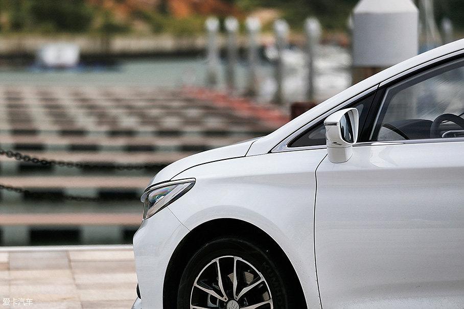 据厂家称,宋MAX经过了风洞测试,0.33的风阻系数对于一辆7座家用车来说很够用,更小的风阻系数势必会对燃油经济性和降低风噪有所帮助。