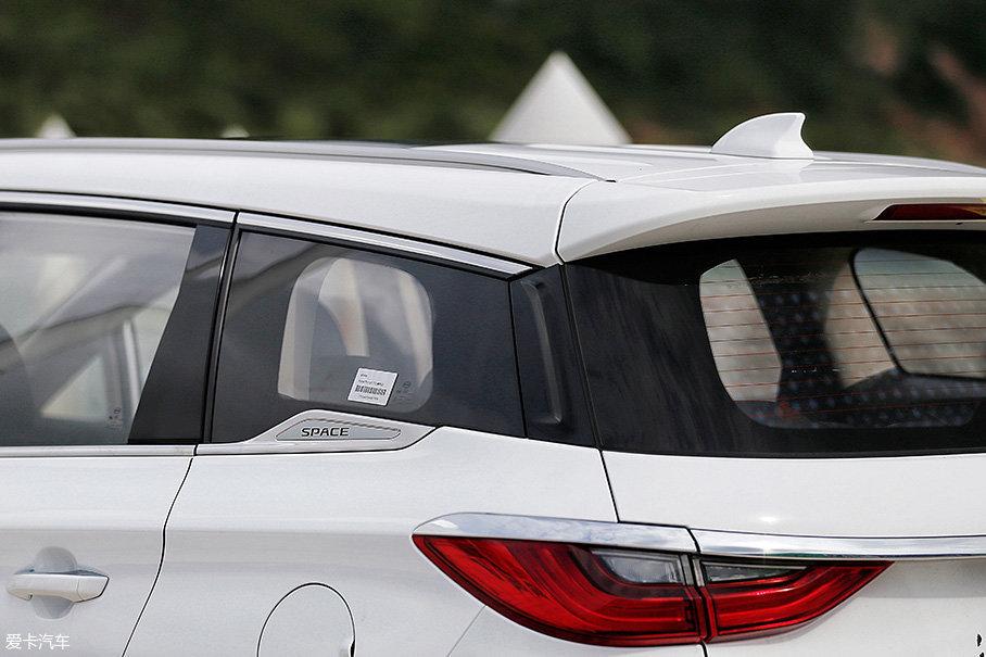 """宋MAX也采用了目前比较流行的悬浮式车顶设计,设计师还在车窗下部特意增加了印有""""SPACE(太空舱)""""的装饰片。"""
