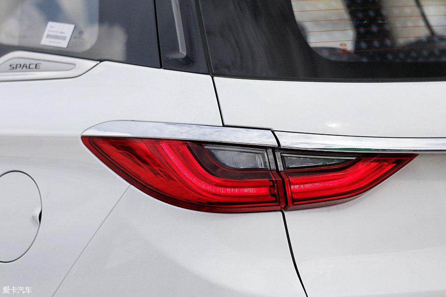 尾灯同样采用了LED光源,而且亮度非常高,从而提高了车辆的识别度。