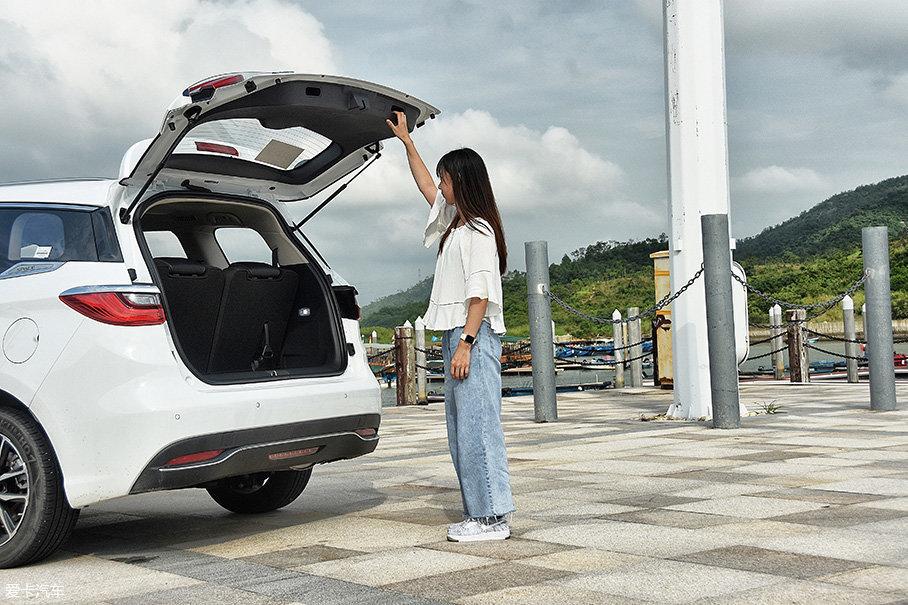 后备厢开启高度非常合理,就算身材比较娇小的女性也能轻松够到后备厢扶手(后备厢扶手距地面距离为182cm)。