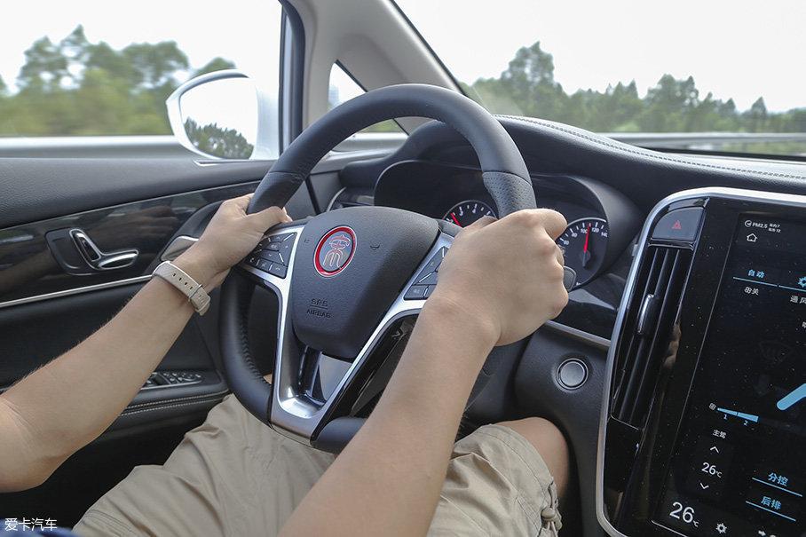 方向盘的转向手感还有不少提升空间,原地打方向的时候,会感到转向力度有些偏沉,而当车速达超过80km/h时,过轻的转向力度又显得有些不够沉稳。