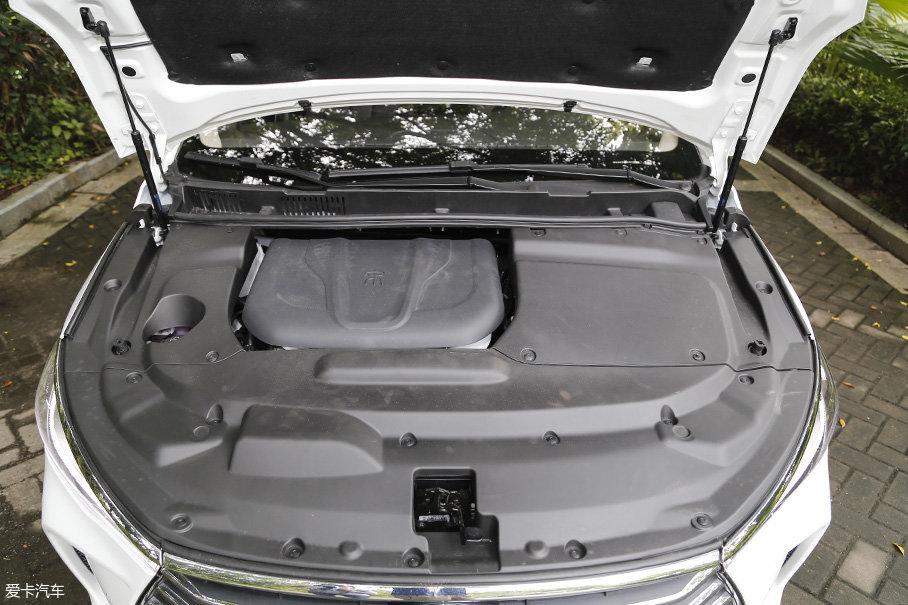 机舱采用了大面积装饰板进行覆盖,在10万元价位的车型里,这样的做法是非常罕见的。