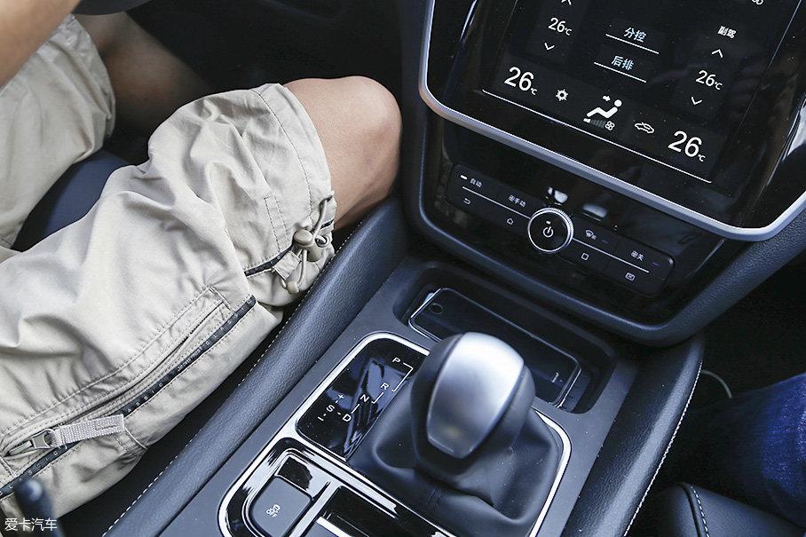 设计师在中央通道两侧设计仿皮材质包裹显得特别周到,表面缝线也不会摩到驾驶者的腿部,做工是值得肯定的。