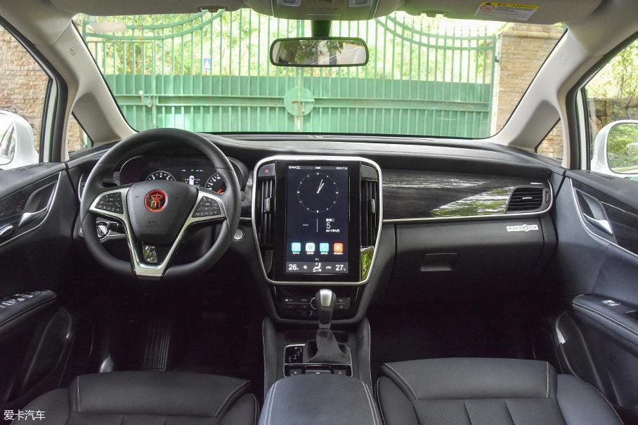 车内的部分内饰经过了软性材质包裹,例如:仪表台和门板上部,扶手和中央通道还采用的是仿皮材质。内饰模具和装配工艺在这个价位来讲都算上乘。