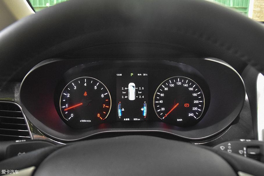 仪表没有什么特别之处,简单的机械仪表+中央行车电脑屏幕。胎压监测功能的引入很有必要。
