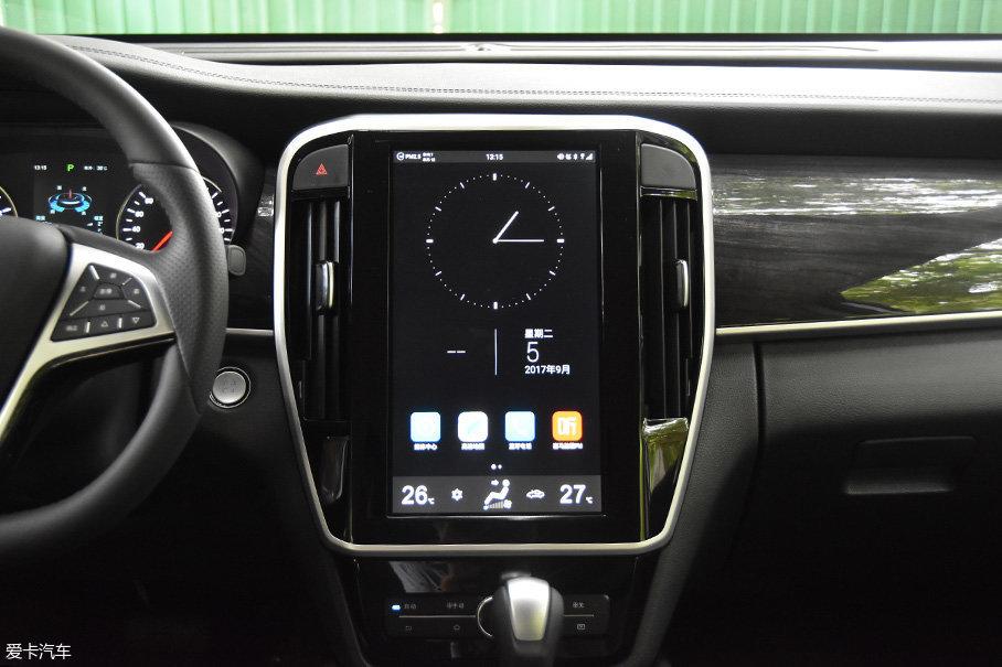 12.8英寸的中央触控大屏绝对是该车的亮点之一,整个屏幕都采用的是电容触控屏,用起来跟使用平板电脑的感觉差不多。屏幕的反应速度和显示分辨率也都不错,而且语音识别功能识别率也非常高。