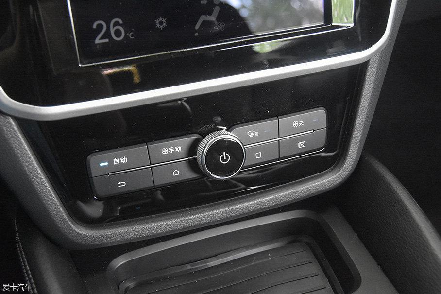 屏幕下方保留了一些实体按键,除了界面控制和空调的状态调整之外,右下角的两个按钮还负责屏幕的静默功能。