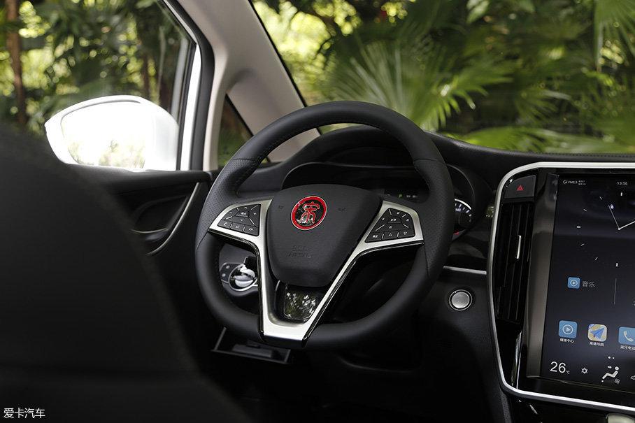 三辐式的方向盘样式直接套用了宋家族其他车型的设计,为了降低成本这些方面也是完全可以让人接受的,而且这套方向盘的握感也比较令人满意。