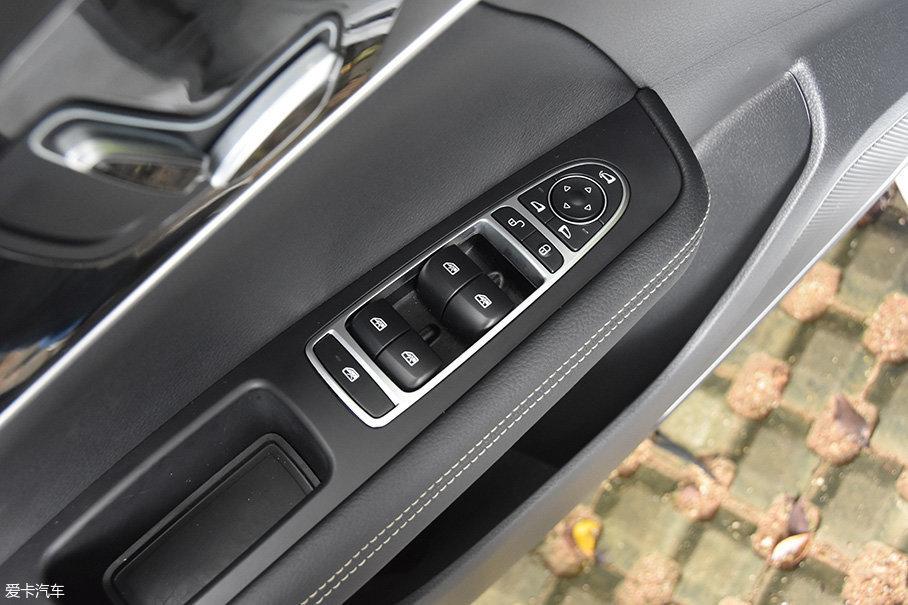 试驾车还具备后视镜电动调整和电动翻折功能,主驾驶侧还具备四门一键升降功能。