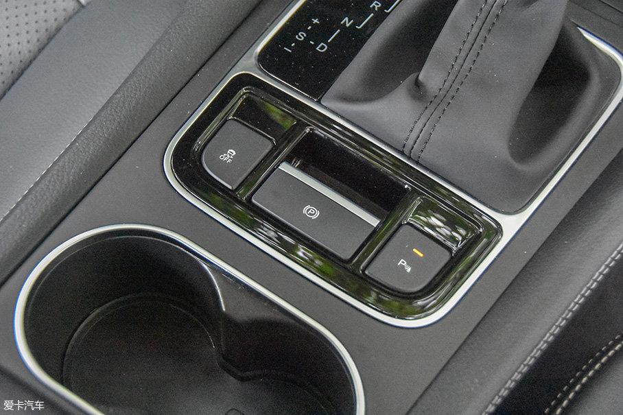 试驾的这款车型还配备了电子手刹功能,起步踩下油门就会自动解除驻车状态,轻松易用。