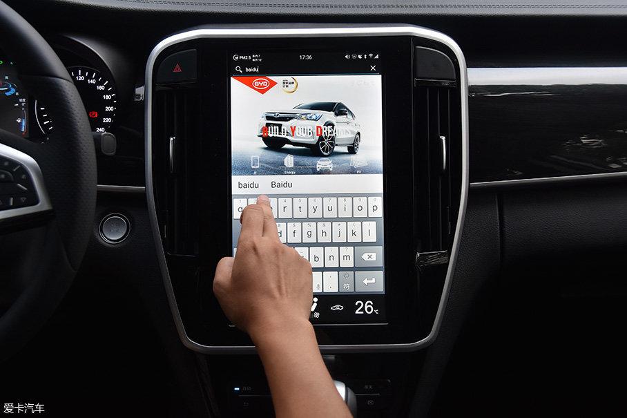 """内置的Carpad系统是比亚迪基于""""4G+安卓平台""""所研发的一套系统,内部软件的更新和维护都十分简单,地图导航可以支持实时路况,内置的浏览器也能随时在线浏览网页,使用非常方便。"""