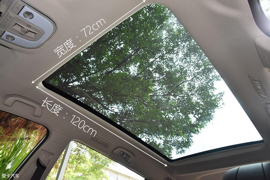 宋MAX还提供65英寸无分割的全景天幕,之所以被称为天幕,是因为整块玻璃是无法打开的,开着这台车去看星空是个不错的主意。