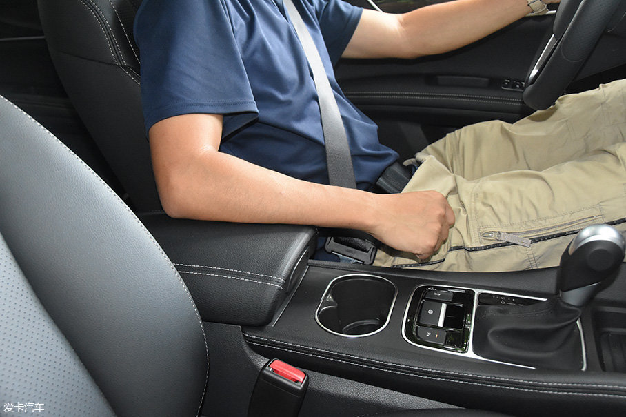中央扶手虽然不支持前后位置调节功能,但它对手臂的支撑并没有太大问题。