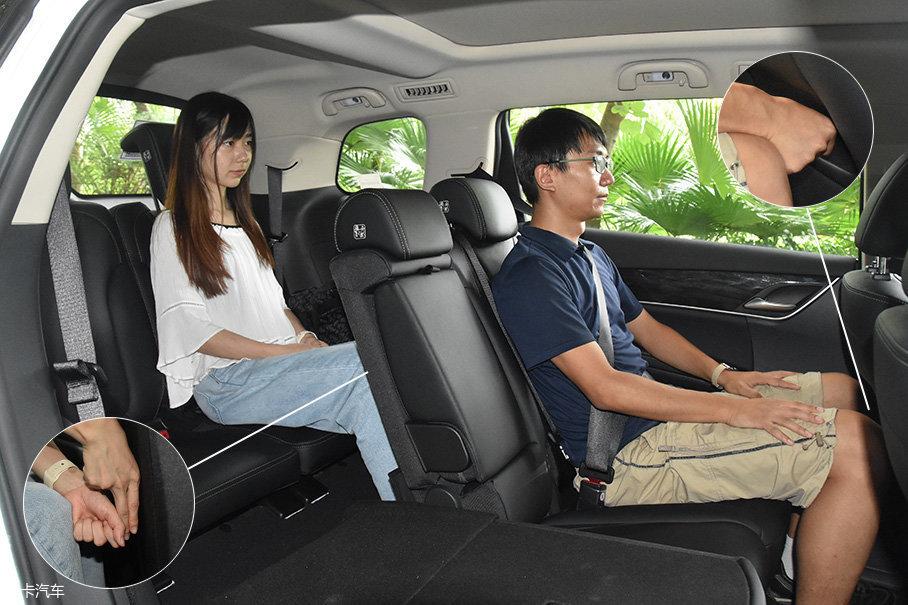 在实际的体验当中,宋MAX的7座设计还是具有实际意义的。不过,想要善用车内空间还是需要些技巧,只要是按照高矮胖瘦进行合理的座位调节,踏踏实实坐入7个人不成问题。