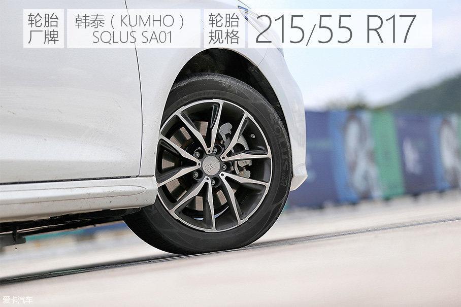 双色五辐的轮圈样式非常精美,搭配车身之后的视觉效果比较协调。不过如果尺寸能再提高到18寸,效果应该会更好。